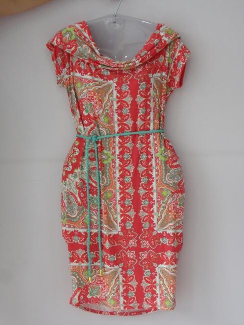 Vestido malha estampado de R$ 97,50 por R$ 73,00, cinto trançadinho R$ 16,00