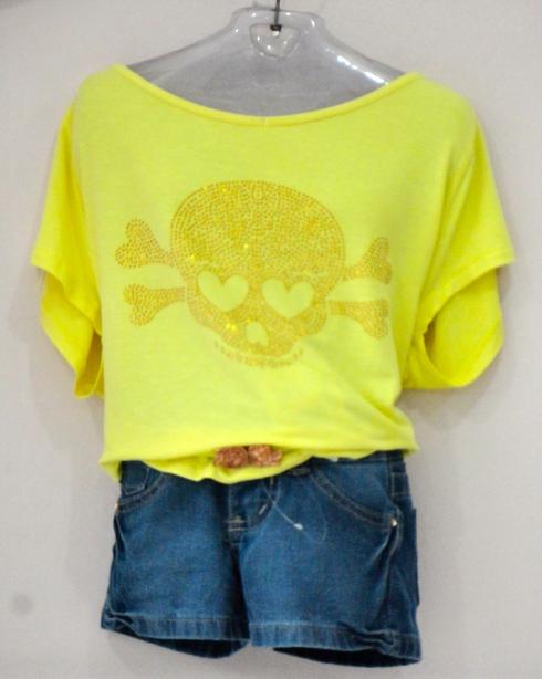 Blusa aplicação brilho de caveira e shorts jeans . Fashion !!!