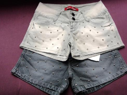 Shorts jeans com detalhes em SPIKES. Luxo !!!