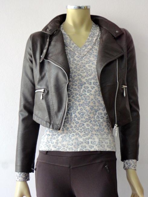 Jaqueta em couro ecológico, calça montaris de suplex R$