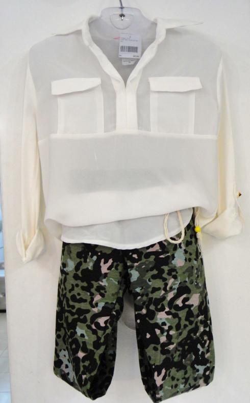 Legging camuflada com detalhes laterais R$ e camisa chiffon R$ . Peças do tamanho 6 ao 18 .