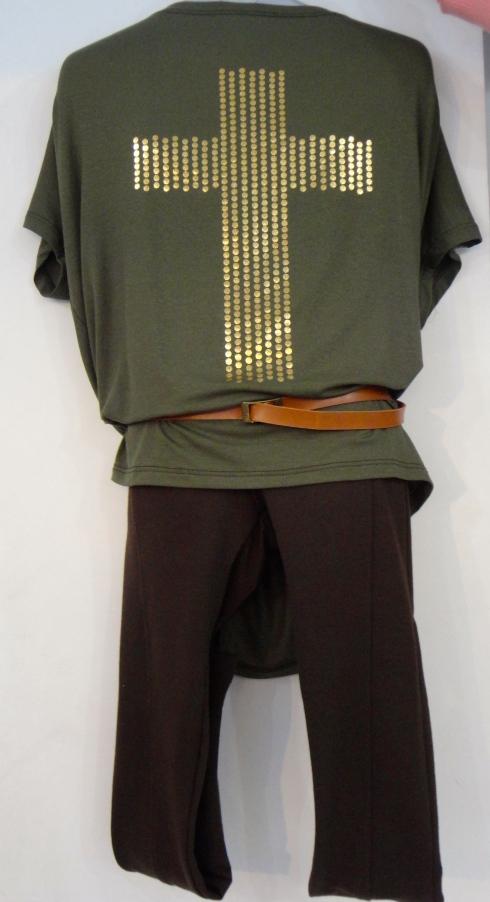 Blusa tamanho 10 ao 16 . Super na moda R$ . Calça montaria infantil e cinto infantil.