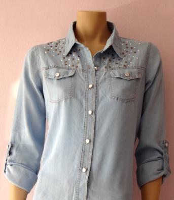 Camisa jeans detalhes rachas e strass R$ Um Luxo !!!