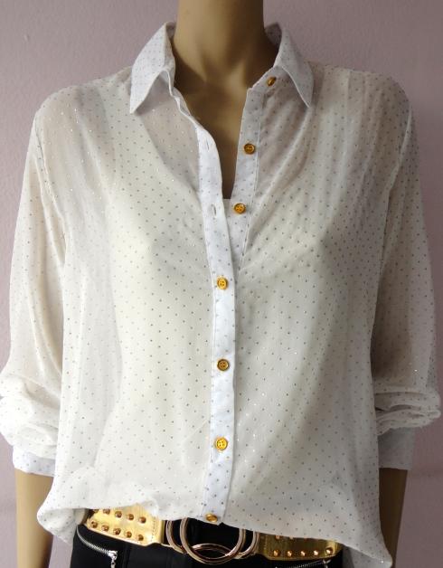 Camisa de chiffon com pontinhos dourados de R$ 110,00 por R$ 88,00.