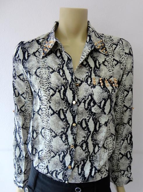 Camisa estampa cobra de chiffon com spikes de R$ 129,90 por R$ 103,20.