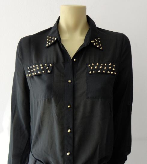 Camisa de chiffon lisa com spikes na gola e bolsos. Temos em outras cores . DE R$ 125,90 por R$ 107,00