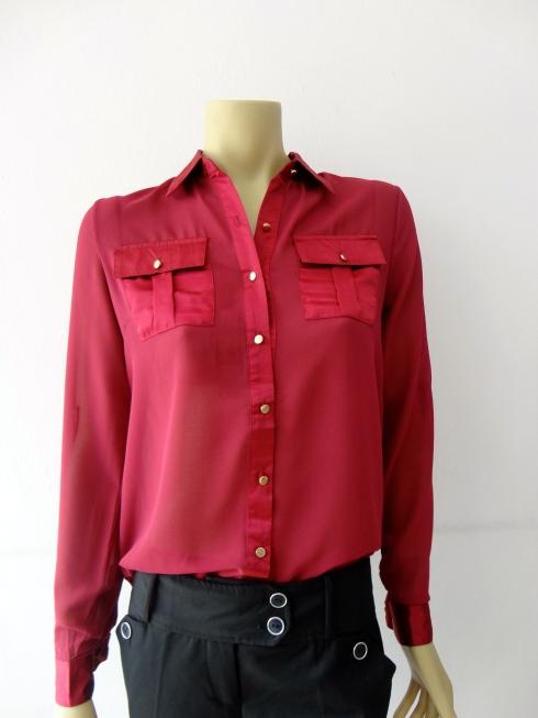 Camisa com gola e bolsos de cetim de R$ 129,90 por R$ 103,00