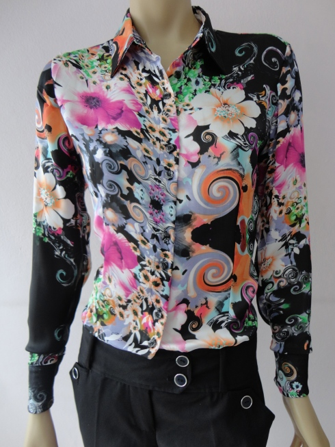 Camisa de cetim estampado de R$ 139,90 por R$ 108,00.