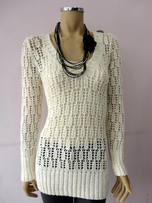 Sweter de trico com fio dourado R$ 139,00.