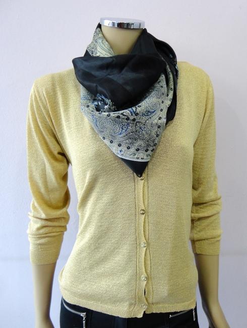 casaqueto lurex dourado, lenço de seda estampado R$ 29,90.
