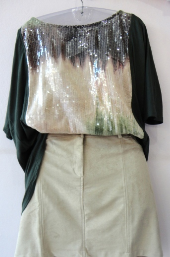 Voce arrasando na night: blusa com aplicação de paete em tie die R$ saia de antílope R$