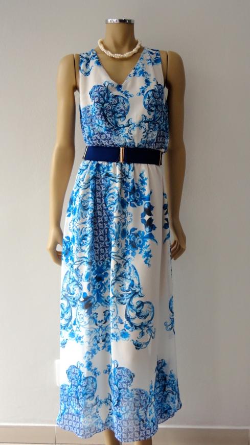 Ainda na estampa azulejo, lindo vestido longo em chiffon R$ , cinto R$ , colar R$