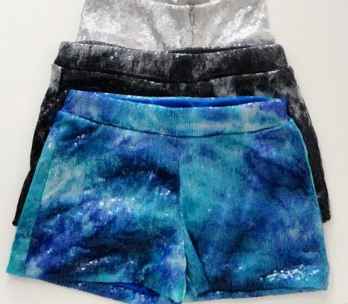Algumas meninas preferem shorts ! Vão brilhar muito nesses shorts de paete .