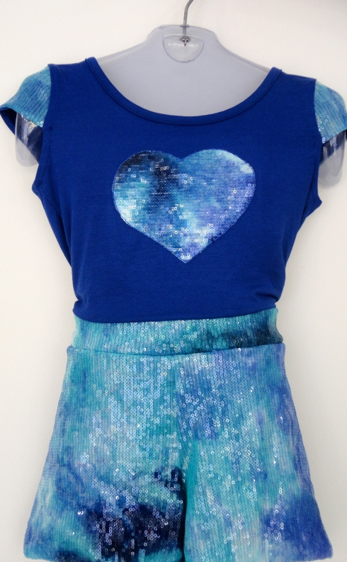Conjunto para as meninas que tem muito amor no coração. Blusa com aplicação coração de paete R$ e shorts paete R$