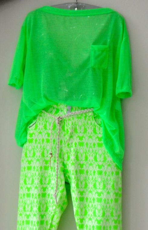 Vibração: blusa em gaze R$ , calça estampada R$ e cinto R$